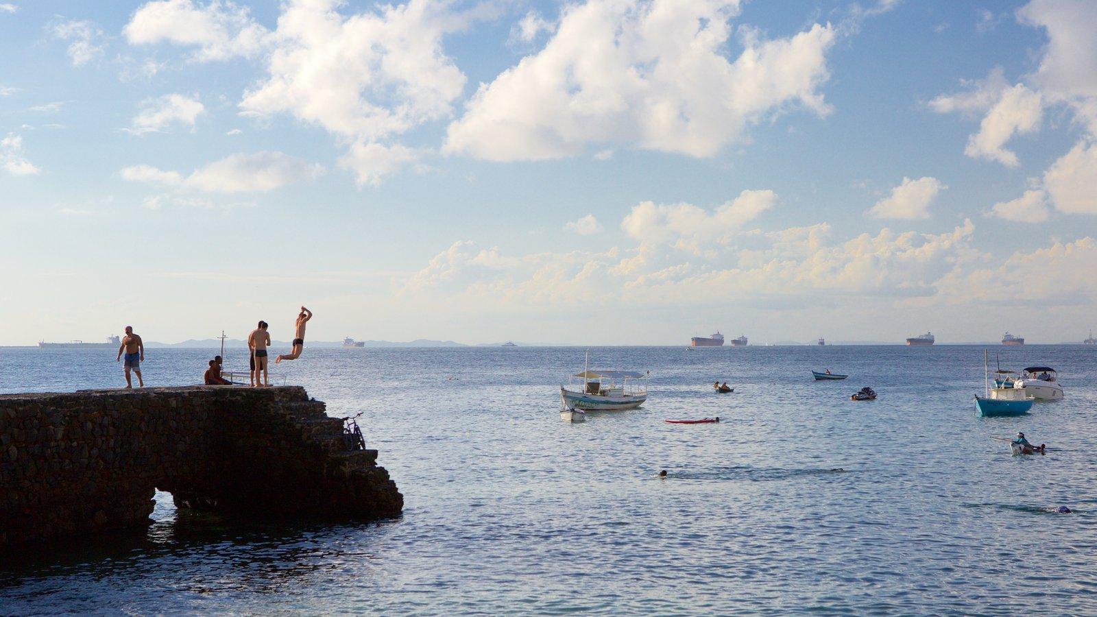 Praia do Porto da Barra mostrando natação, paisagens litorâneas e canoagem