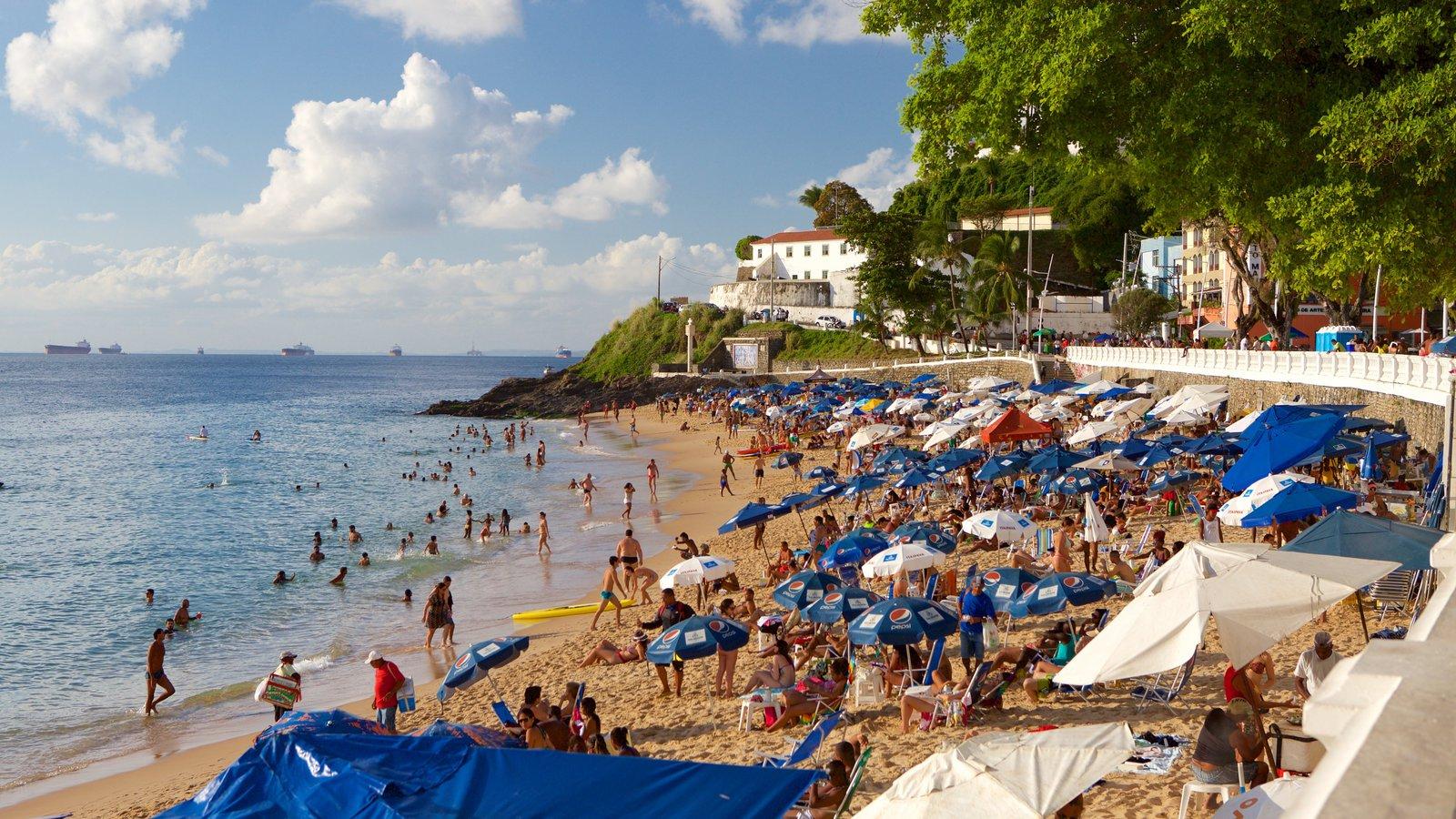 Praia do Porto da Barra que inclui uma praia, paisagens litorâneas e uma cidade litorânea