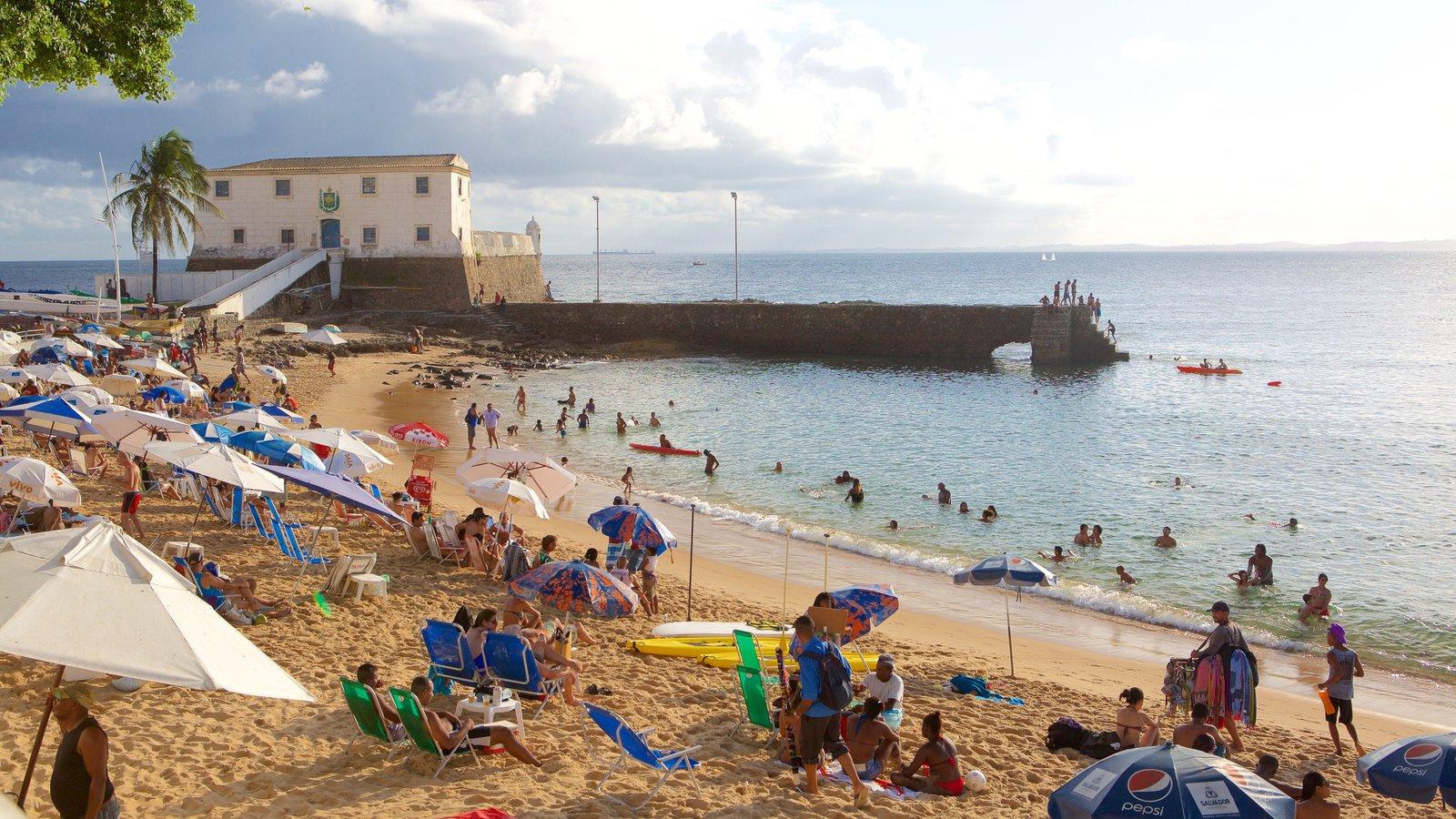 Praia do Porto da Barra que inclui paisagens litorâneas, natação e uma praia de areia