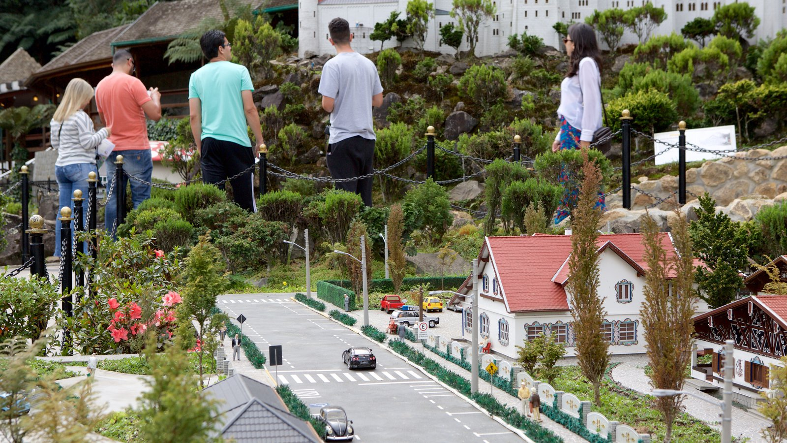Mini Mundo mostrando passeios assim como um pequeno grupo de pessoas
