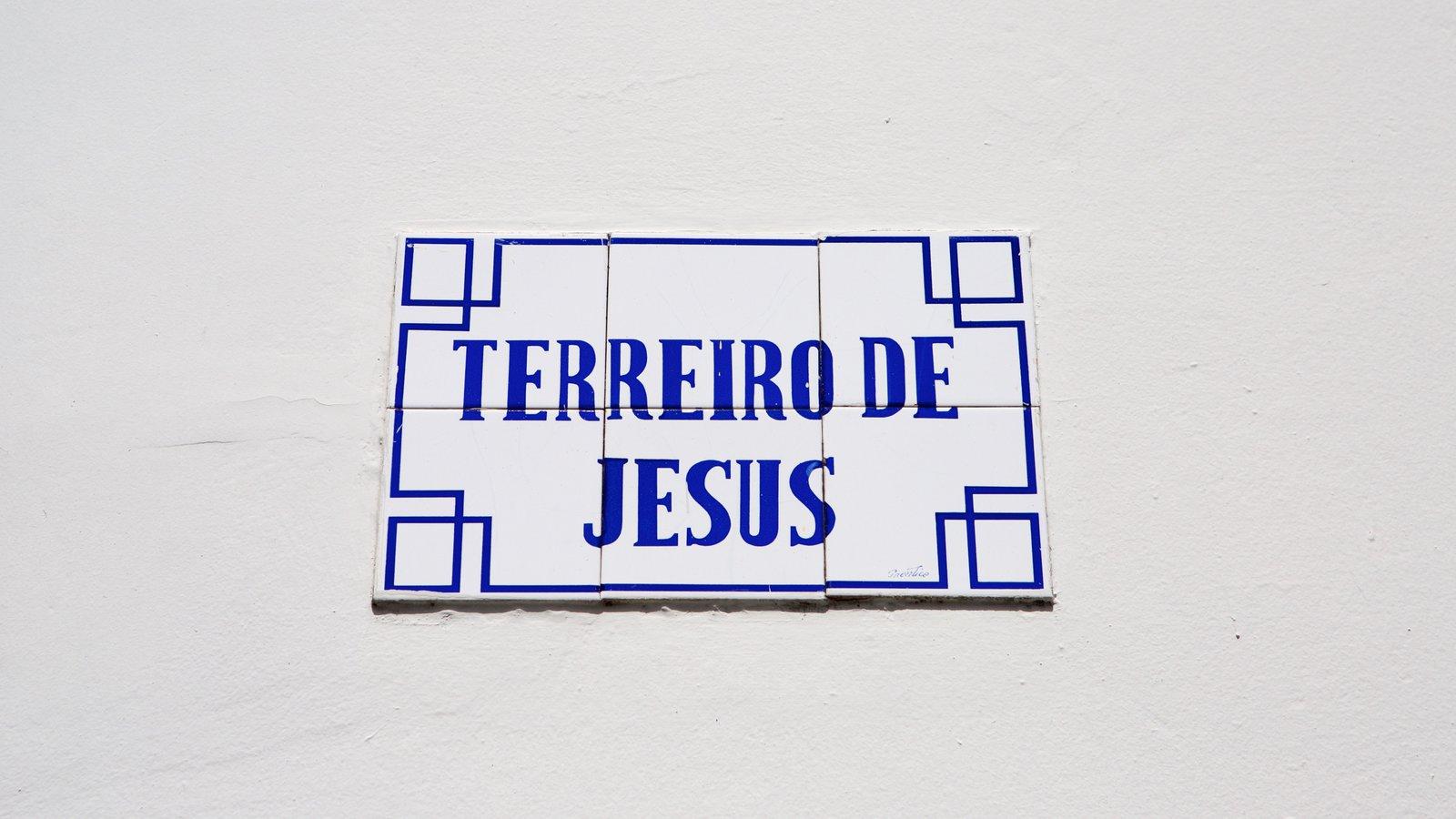 Terreiro de Jesus que inclui sinalização e elementos religiosos