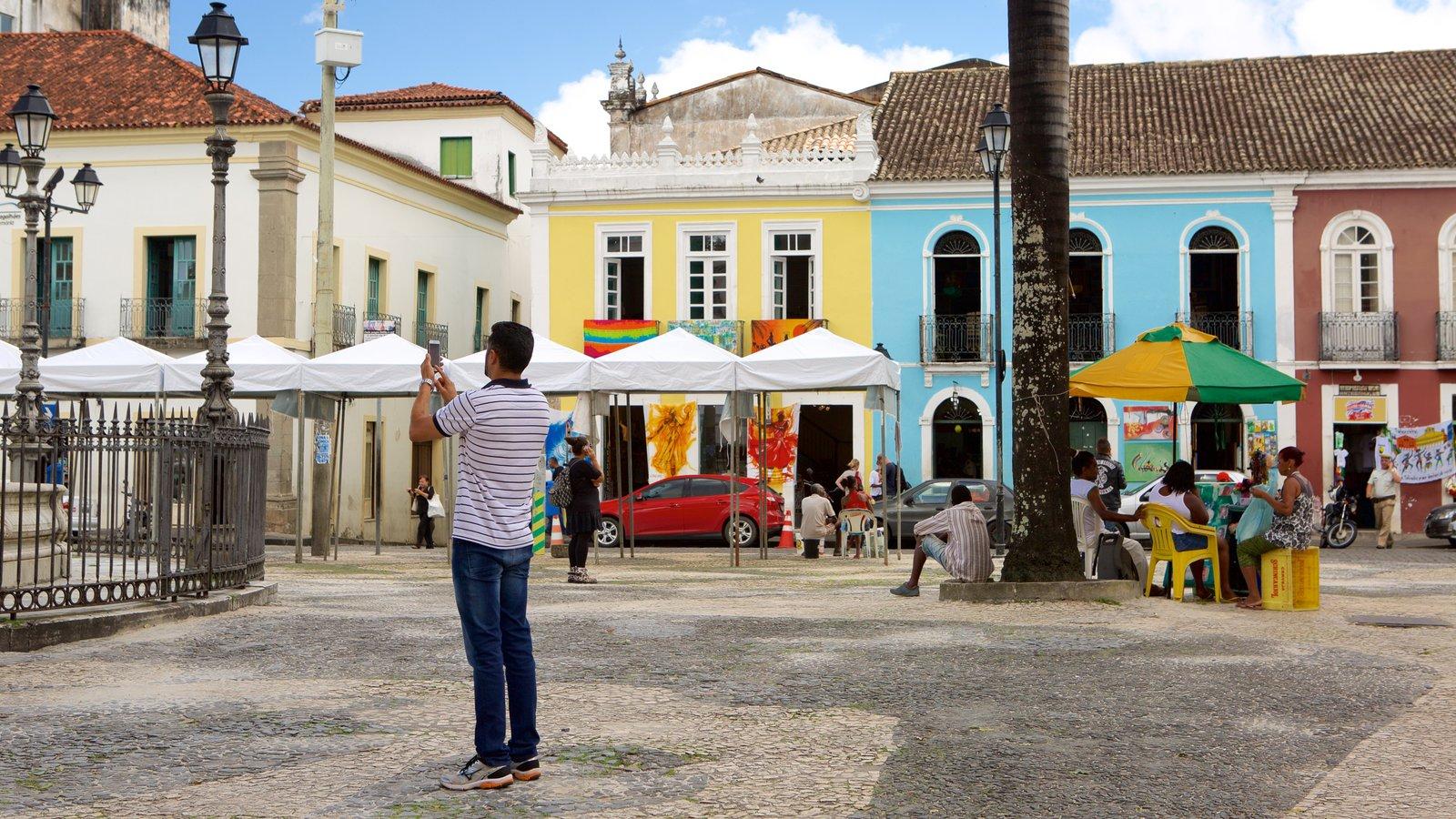 Terreiro de Jesus caracterizando cenas de rua e uma praça ou plaza assim como um homem sozinho