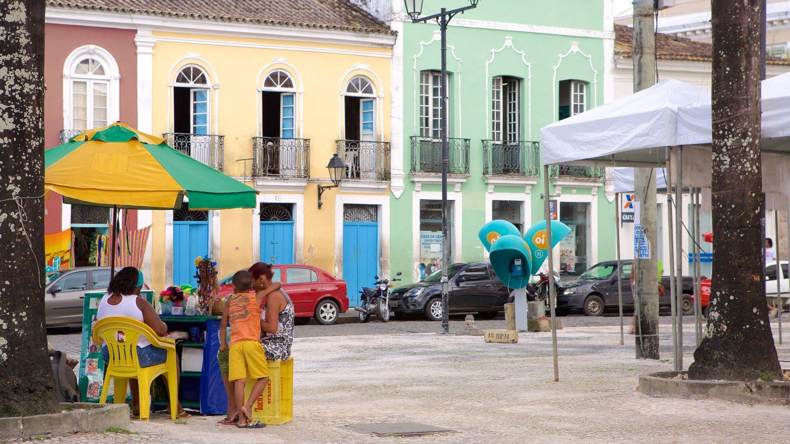 Terreiro de Jesus caracterizando cenas de rua e uma praça ou plaza assim como um pequeno grupo de pessoas