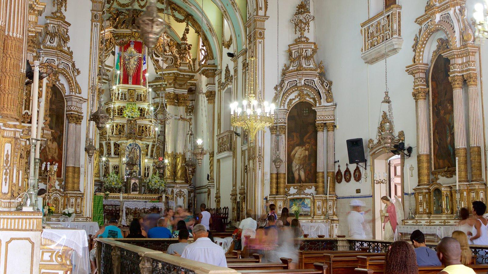 Igreja do Nosso Senhor do Bonfim que inclui elementos religiosos, vistas internas e uma igreja ou catedral