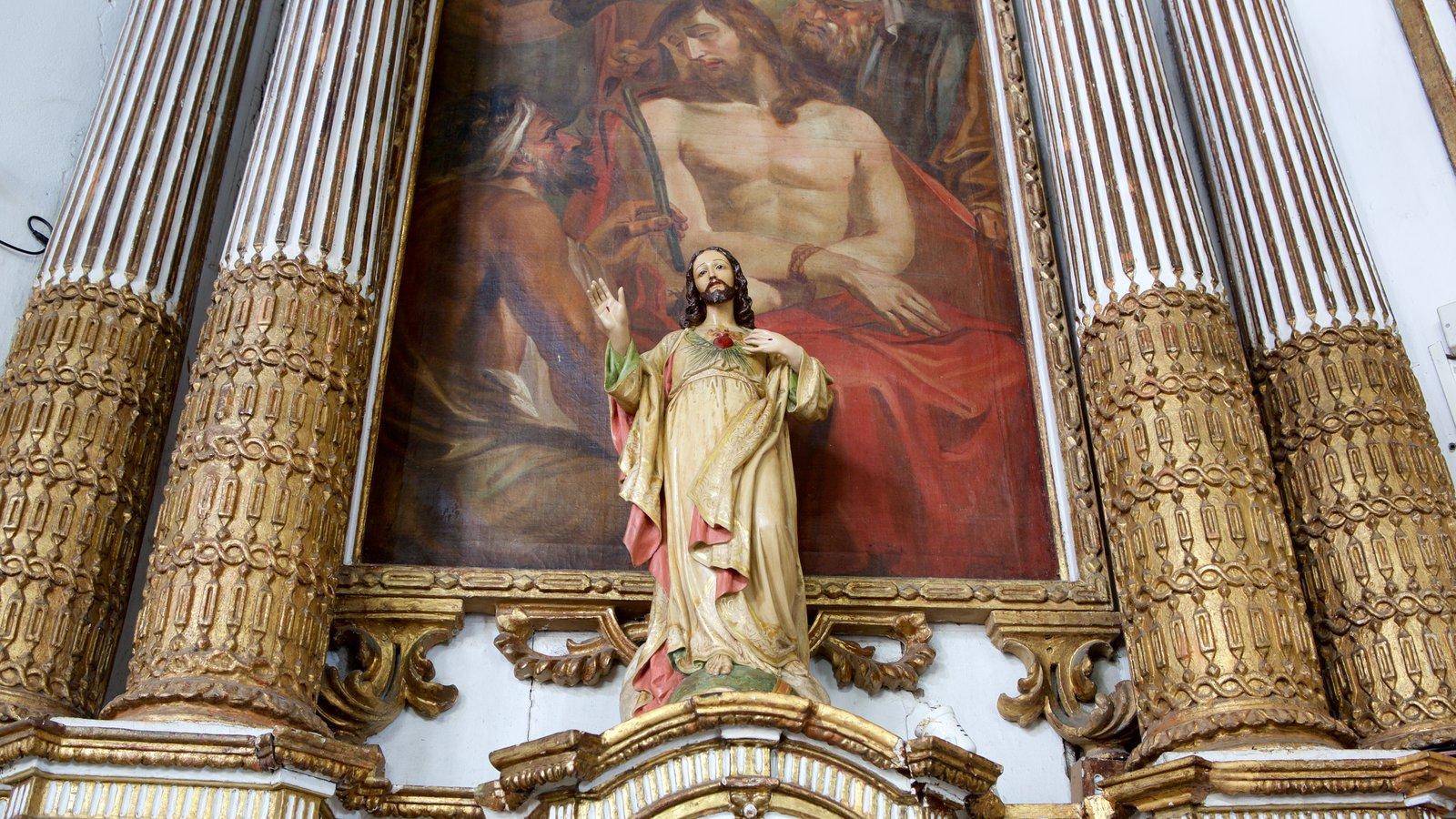 Igreja do Nosso Senhor do Bonfim que inclui uma estátua ou escultura, arte e vistas internas