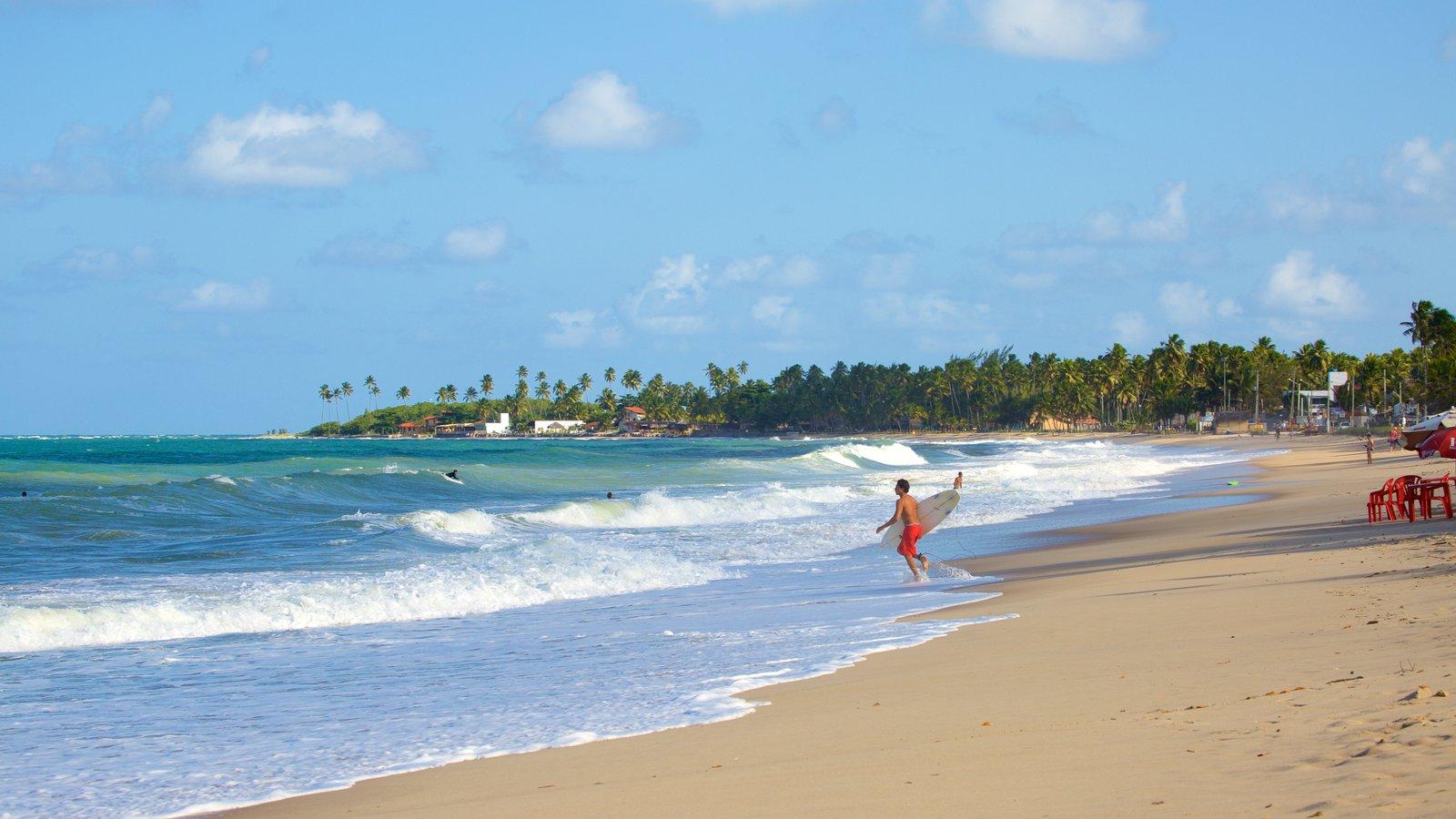 Praia de Maracaípe caracterizando surfe, ondas e uma praia de areia