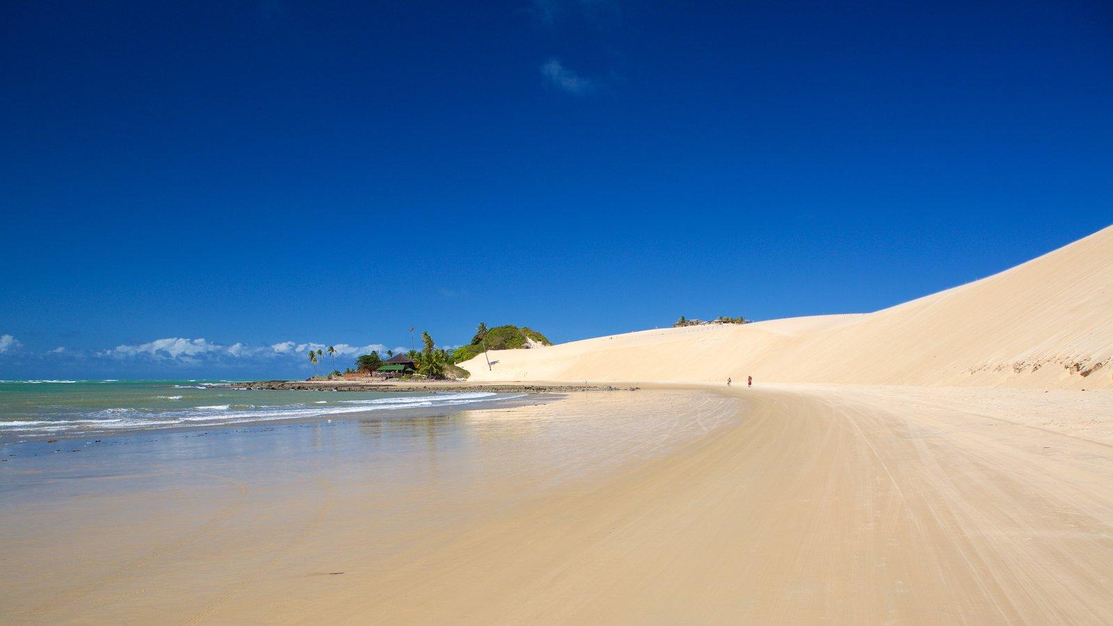 Praia de Genipabú caracterizando paisagens litorâneas e uma praia