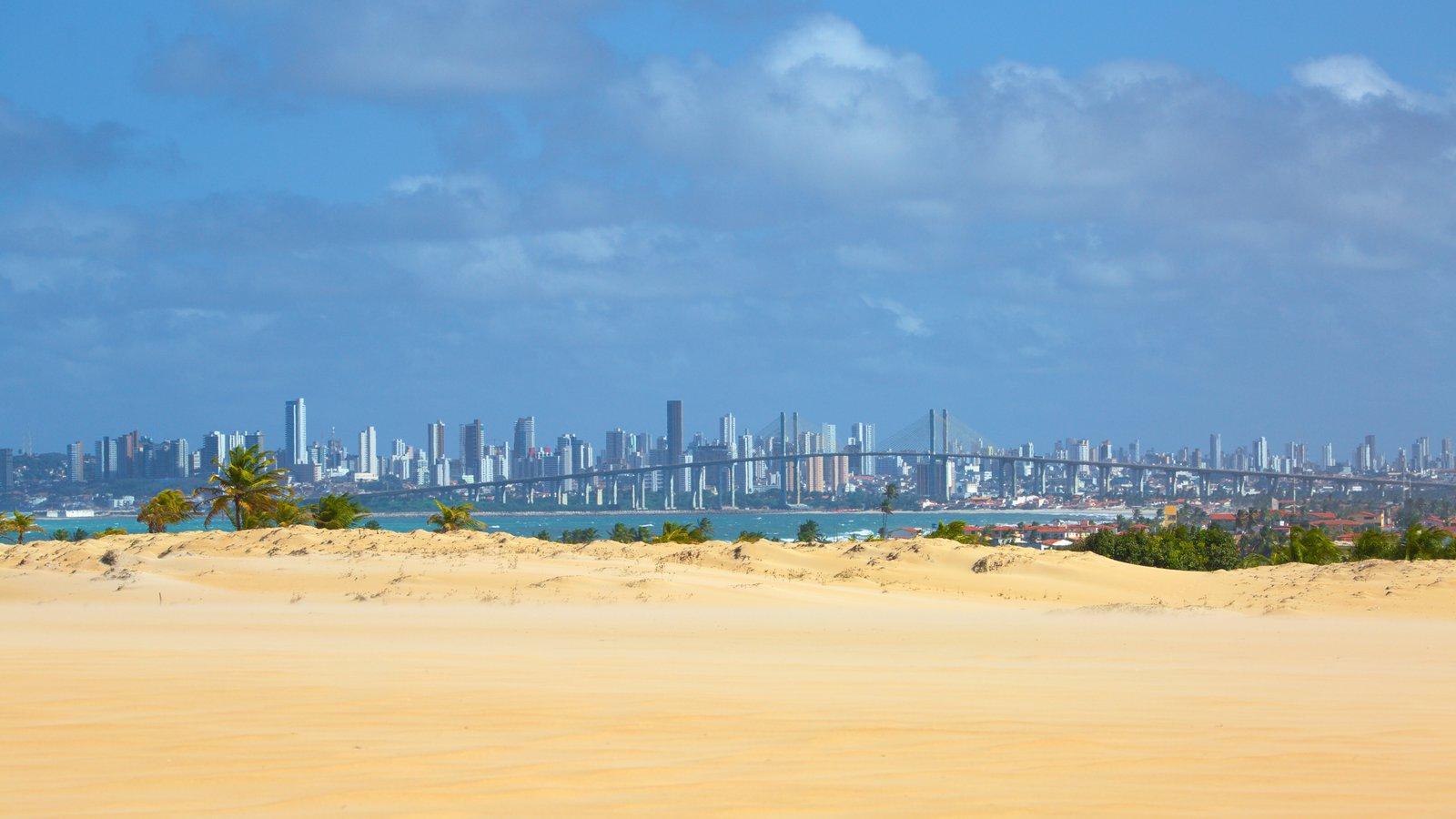 Praia de Genipabú que inclui paisagens litorâneas, uma praia de areia e linha do horizonte