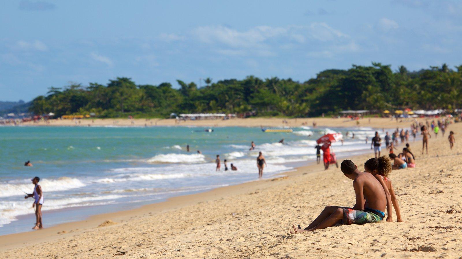 Praia de Taperapuã mostrando paisagens litorâneas e uma praia de areia assim como um casal