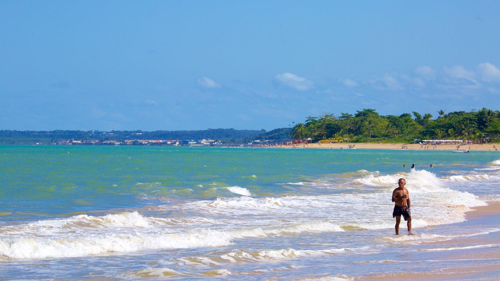 Praia de Taperapuã caracterizando paisagens litorâneas, surfe e uma praia de areia