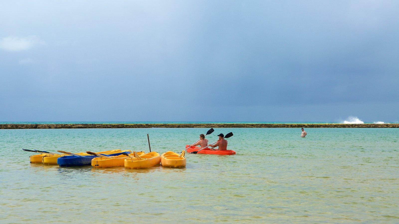 Muro Alto Beach que inclui paisagens litorâneas e caiaque ou canoagem assim como um pequeno grupo de pessoas