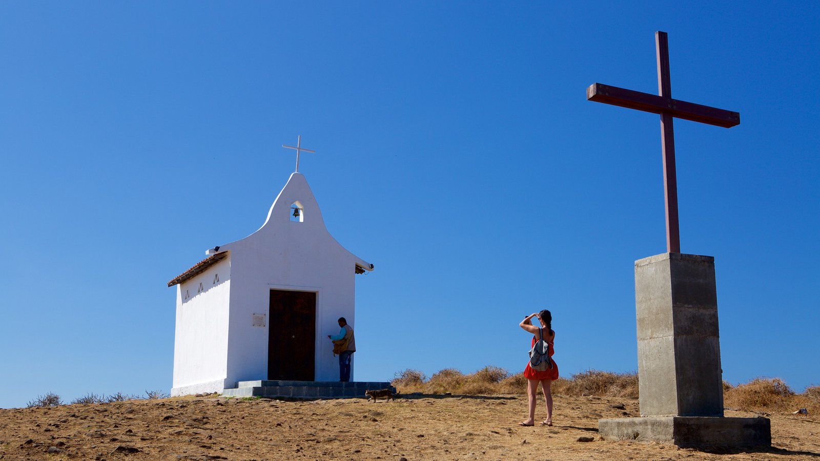 Capela de São Pedro que inclui uma igreja ou catedral e elementos religiosos assim como um casal