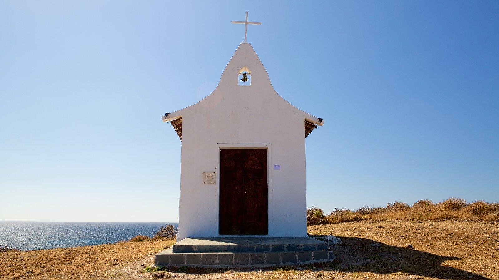 Capela de São Pedro mostrando uma igreja ou catedral, aspectos religiosos e paisagens litorâneas