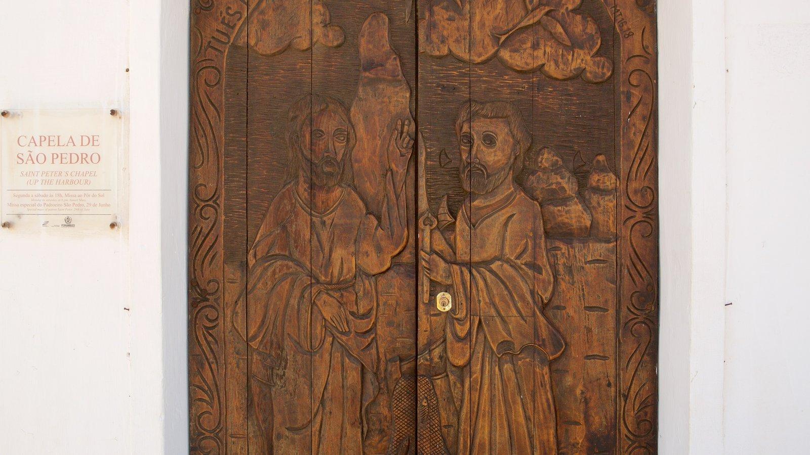 Capela de São Pedro que inclui arte, sinalização e aspectos religiosos