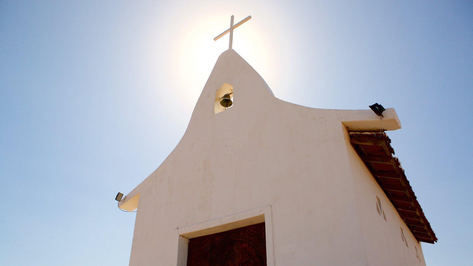 Capela de São Pedro caracterizando uma igreja ou catedral e aspectos religiosos