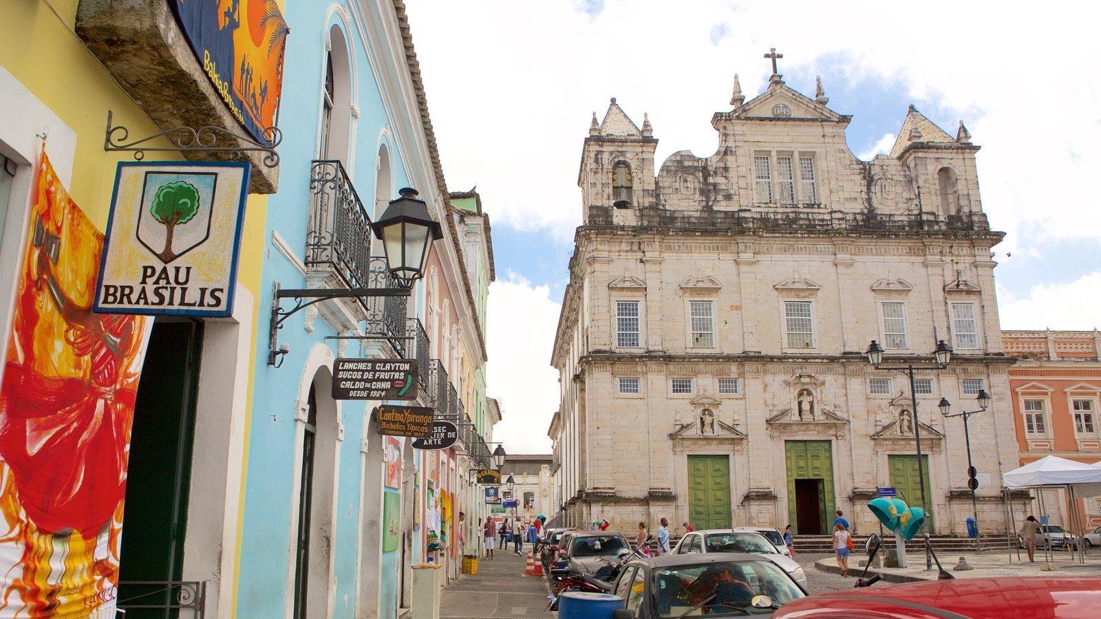 Catedral de Salvador mostrando elementos religiosos, cenas de rua e elementos de patrimônio