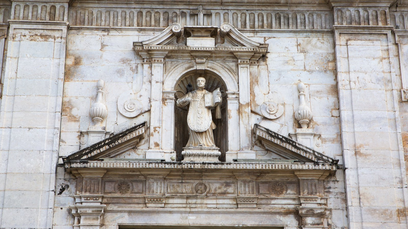 Catedral de Salvador que inclui elementos religiosos, elementos de patrimônio e uma igreja ou catedral