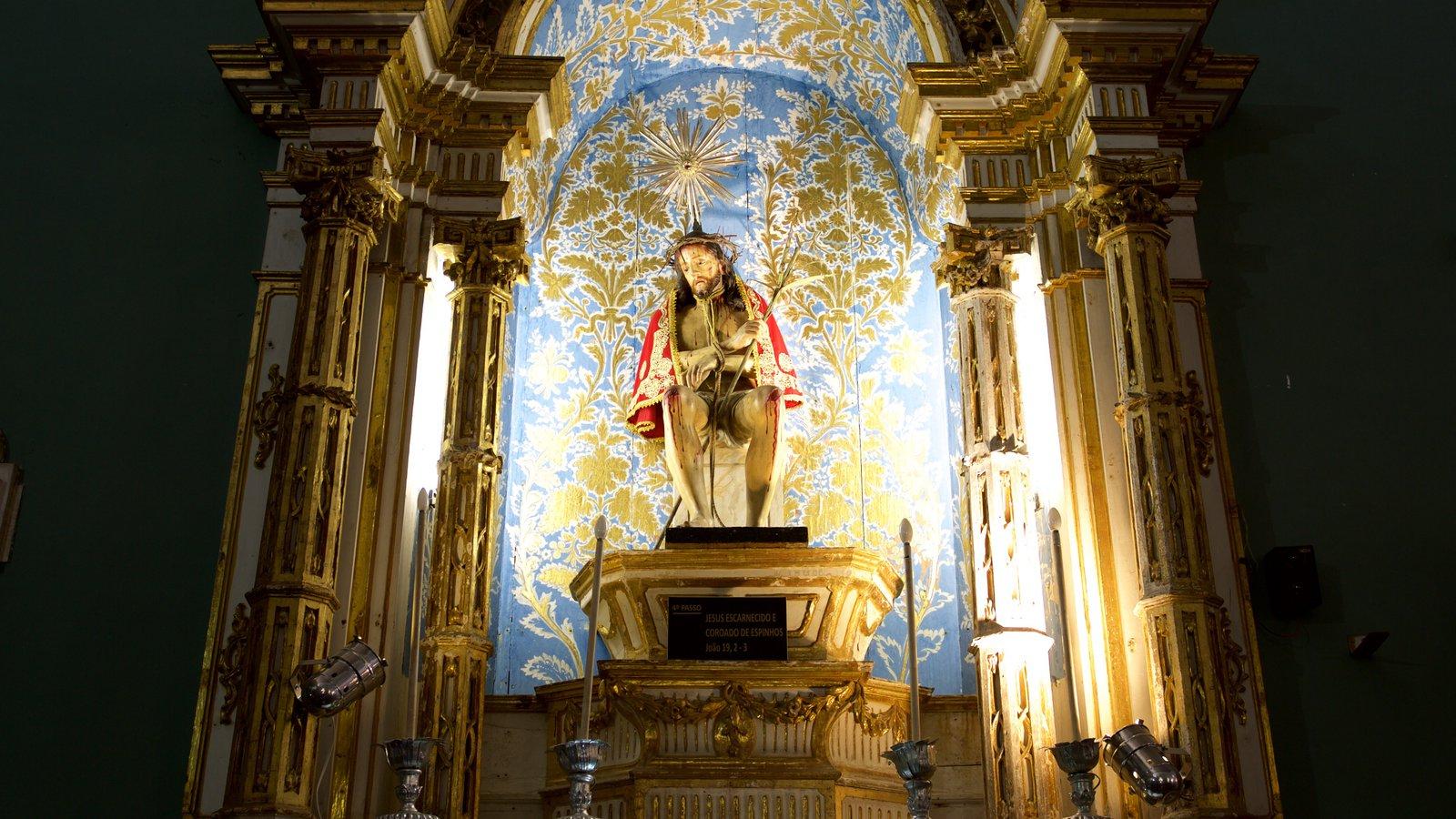 Igreja e Convento de São Francisco de Salvador que inclui uma igreja ou catedral, elementos religiosos e vistas internas