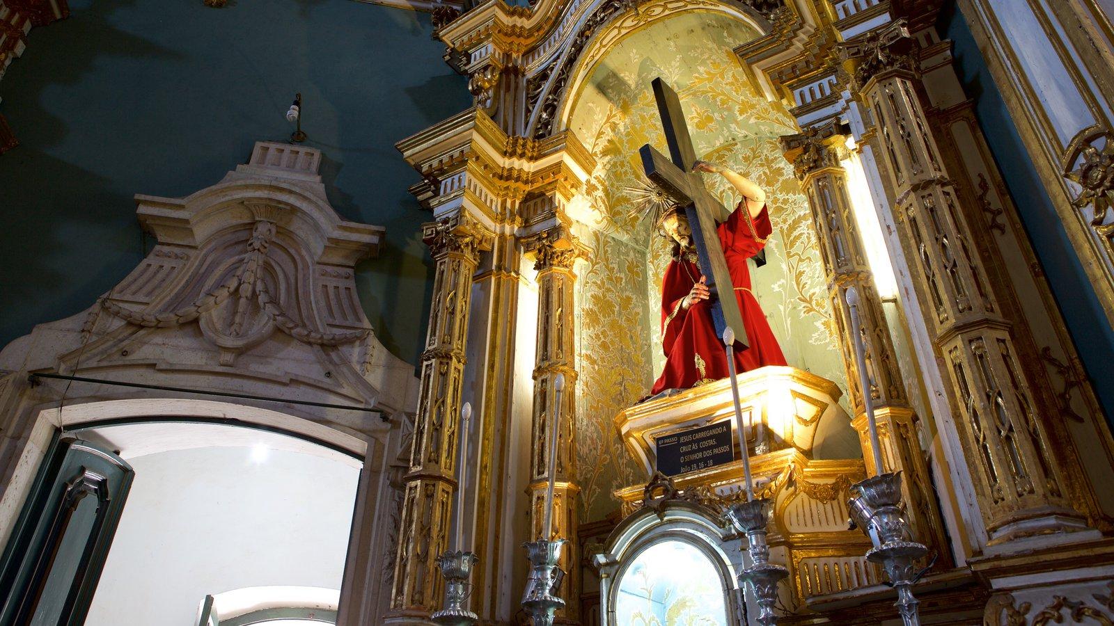 Igreja e Convento de São Francisco de Salvador caracterizando uma estátua ou escultura, uma igreja ou catedral e vistas internas