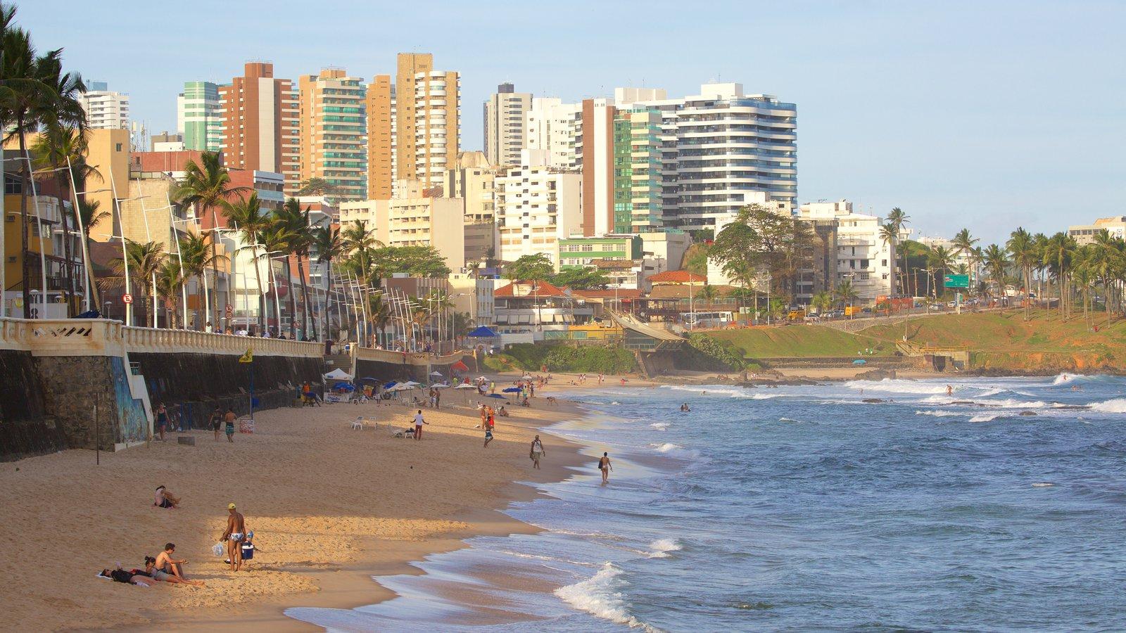 Praia do Farol da Barra que inclui paisagens litorâneas, uma cidade litorânea e uma praia de areia