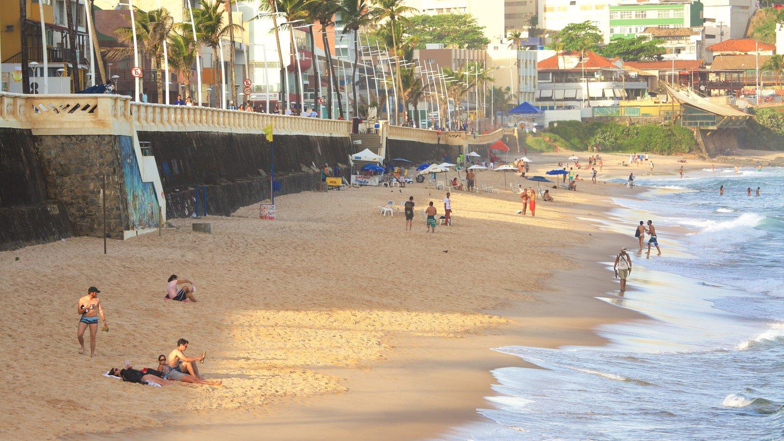 Praia do Farol da Barra caracterizando paisagens litorâneas, uma cidade litorânea e uma praia