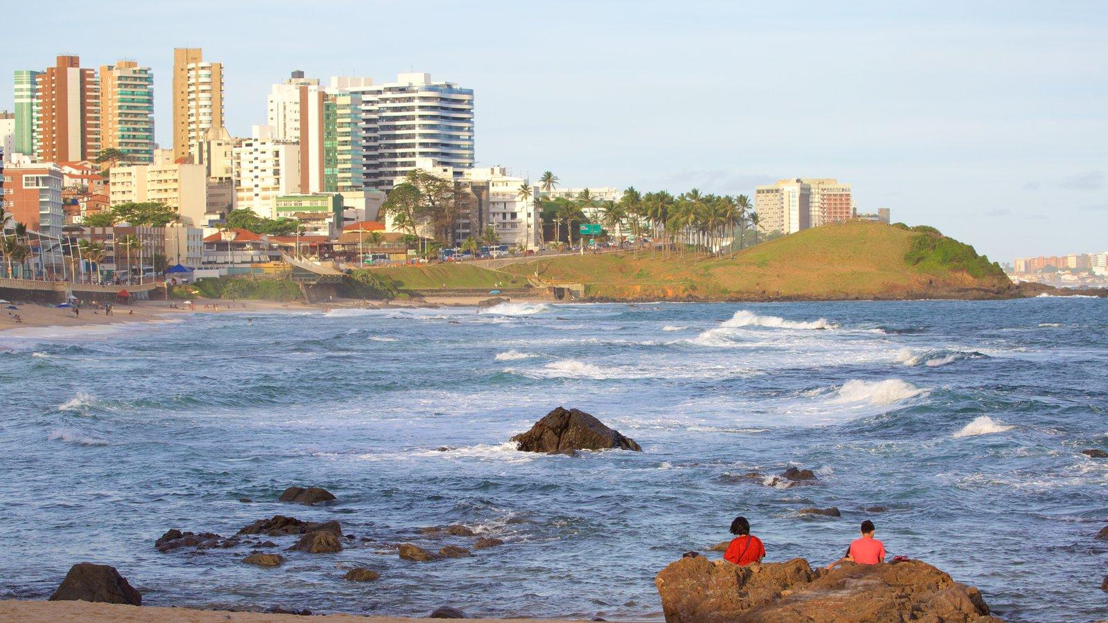Praia do Farol da Barra que inclui paisagens litorâneas, linha do horizonte e uma cidade litorânea