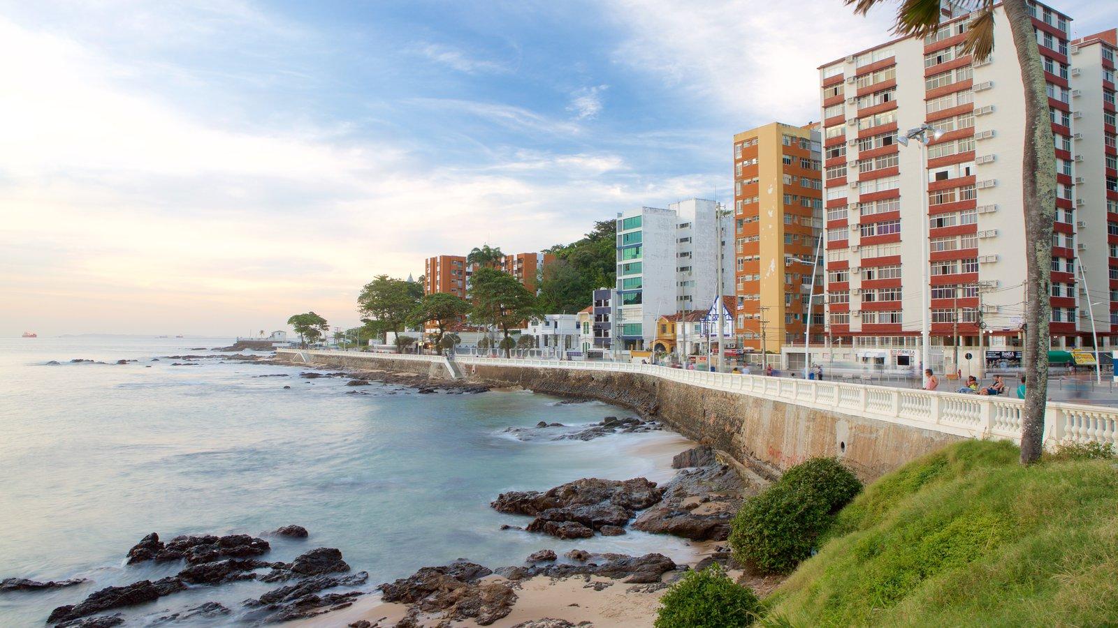 Praia do Farol da Barra caracterizando paisagens litorâneas, uma cidade litorânea e litoral rochoso