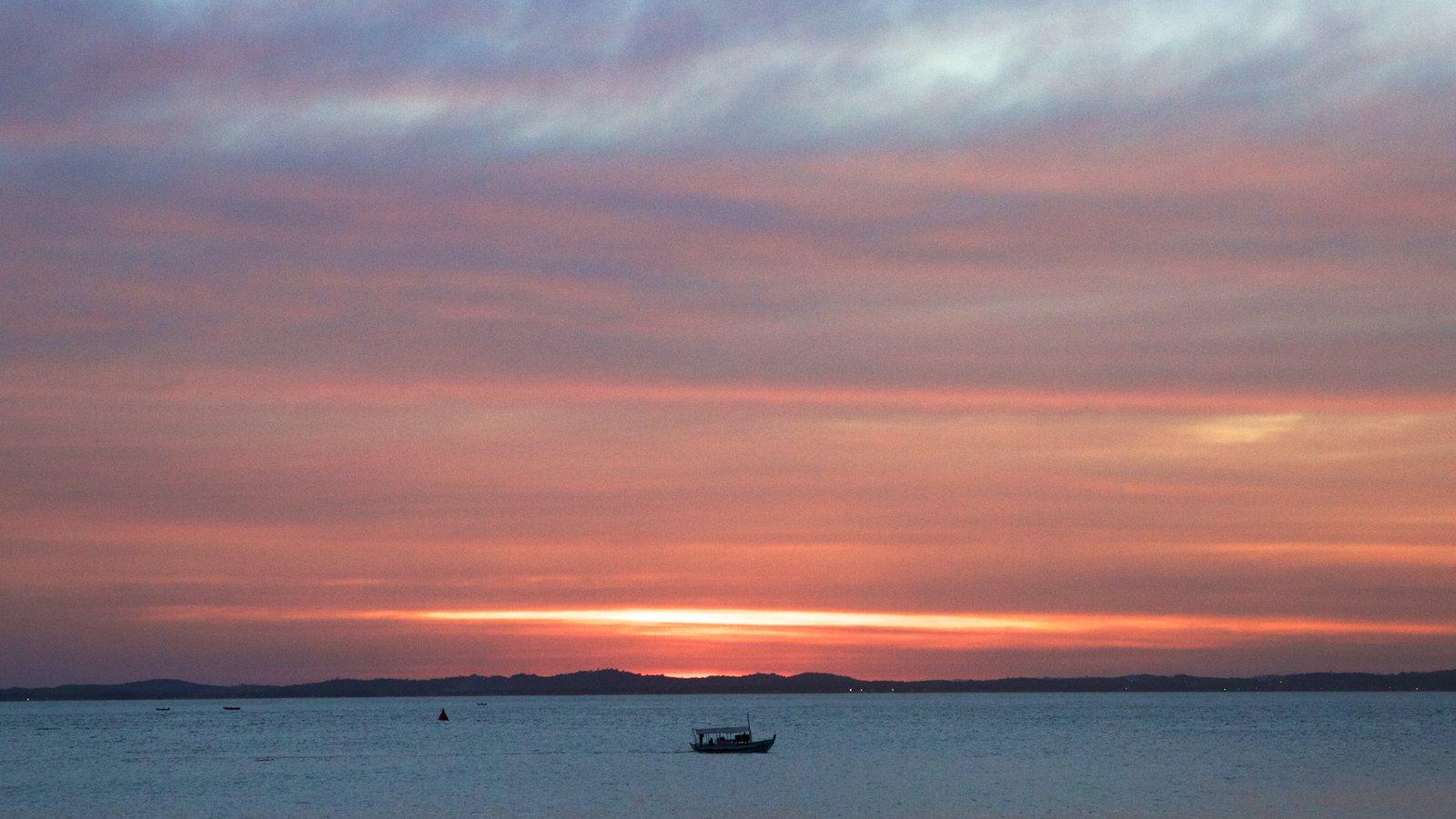 Praia do Farol da Barra caracterizando canoagem, paisagens litorâneas e um pôr do sol
