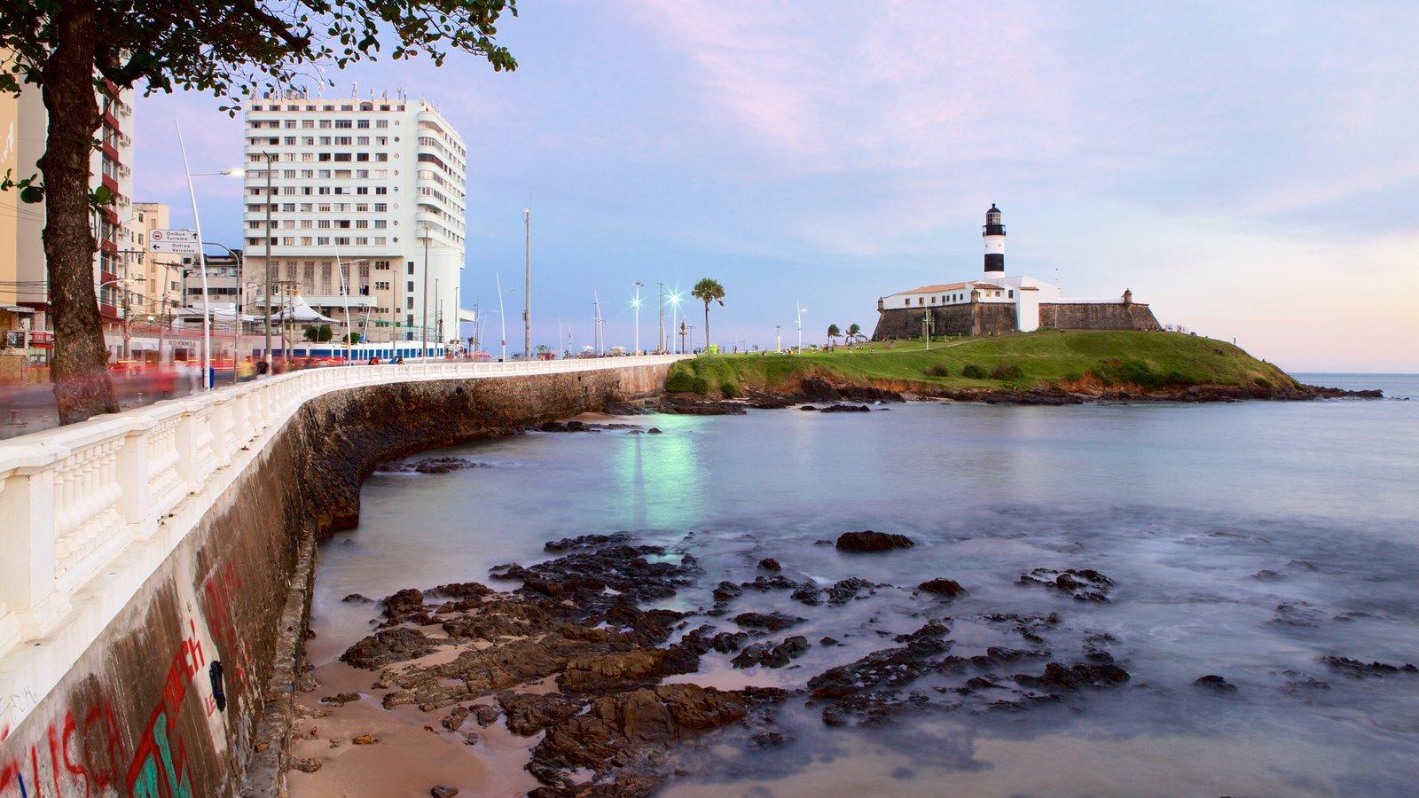 Praia do Farol da Barra que inclui um farol, paisagens litorâneas e uma cidade litorânea