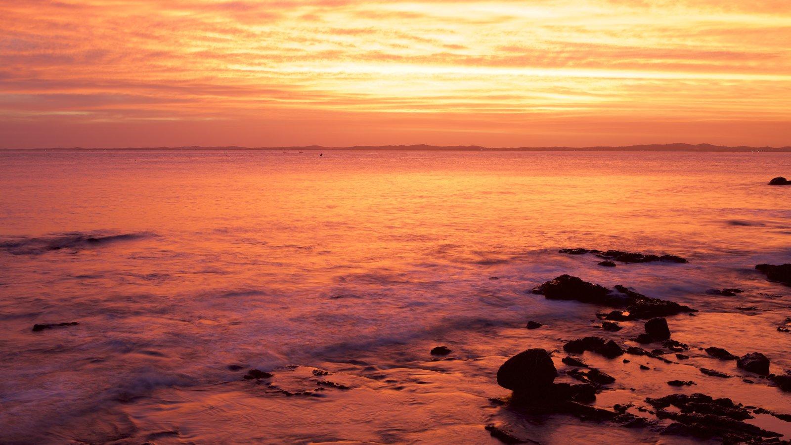 Praia do Farol da Barra que inclui um pôr do sol e paisagens litorâneas