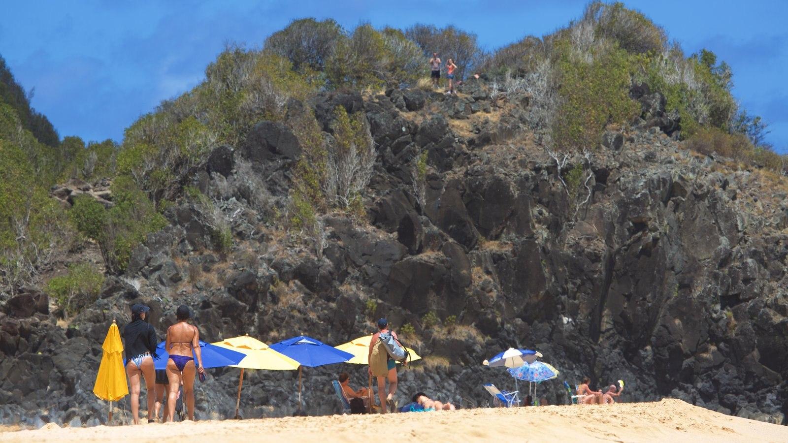 Praia Cacimba do Padre caracterizando paisagens litorâneas e litoral rochoso assim como um pequeno grupo de pessoas