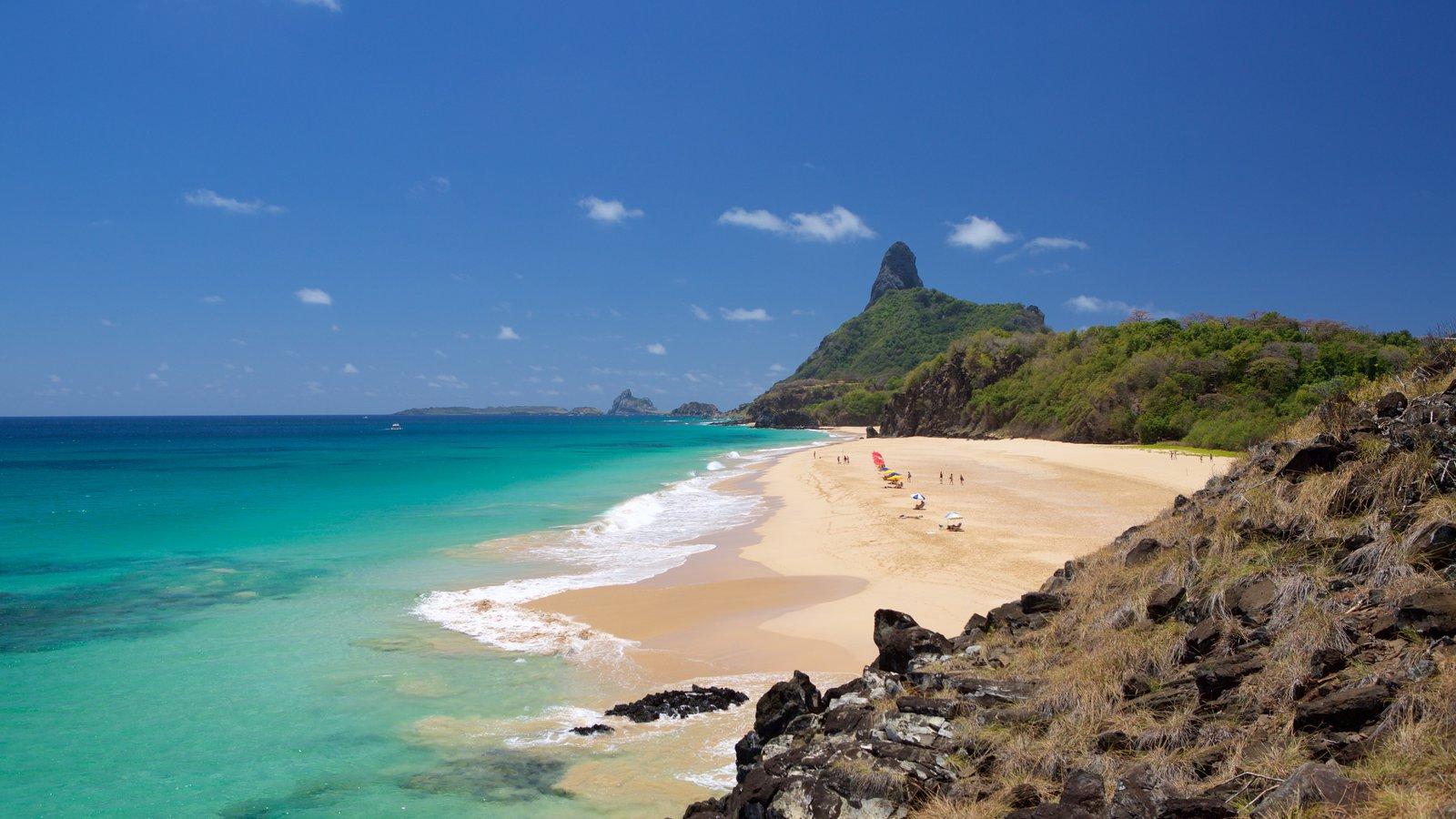 Praia Cacimba do Padre mostrando montanhas, uma praia de areia e paisagens litorâneas