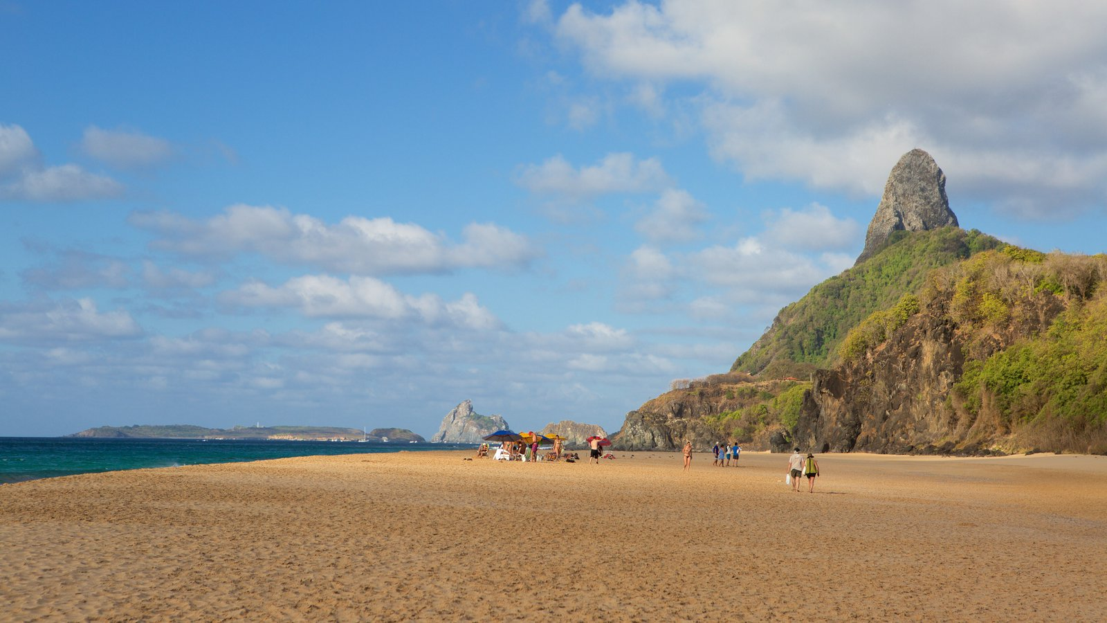 Praia Cacimba do Padre caracterizando uma praia de areia, paisagens litorâneas e montanhas