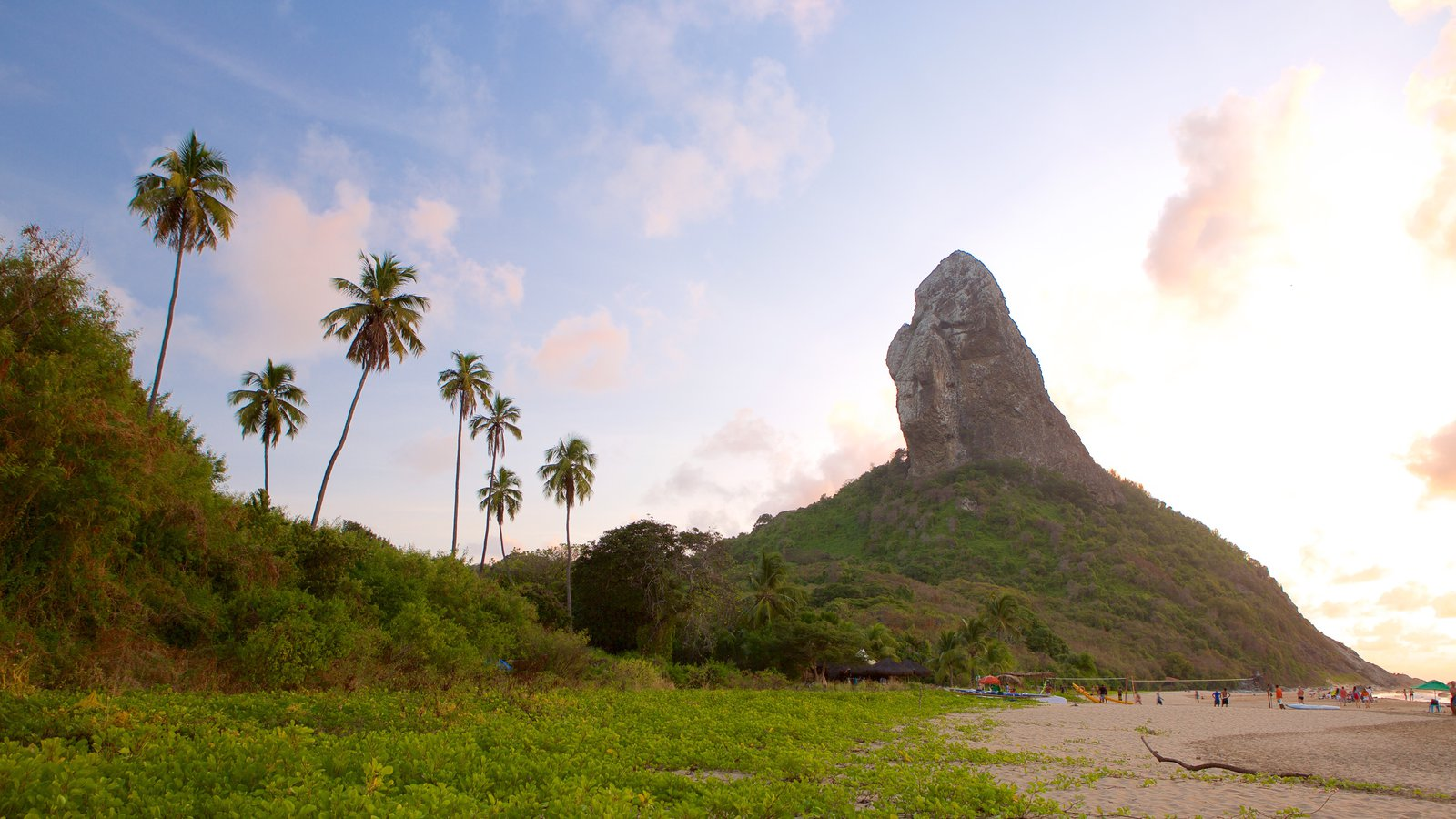 Praia da Conceição mostrando paisagens litorâneas, cenas tropicais e montanhas