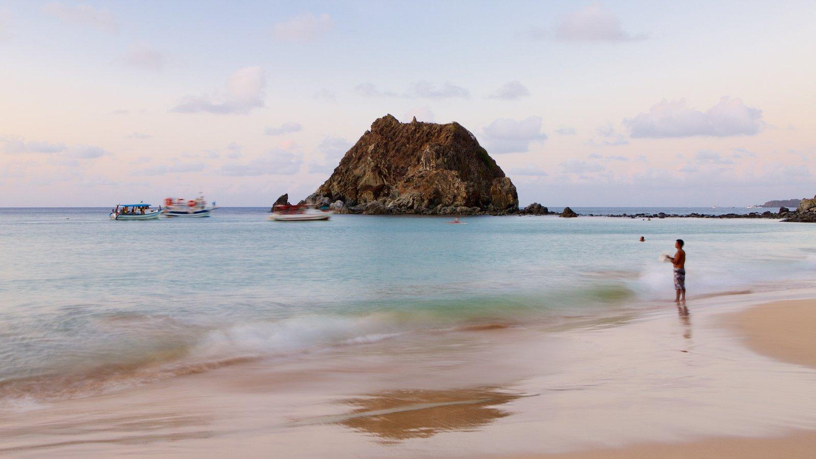 Praia da Conceição que inclui uma praia e paisagens litorâneas assim como um homem sozinho