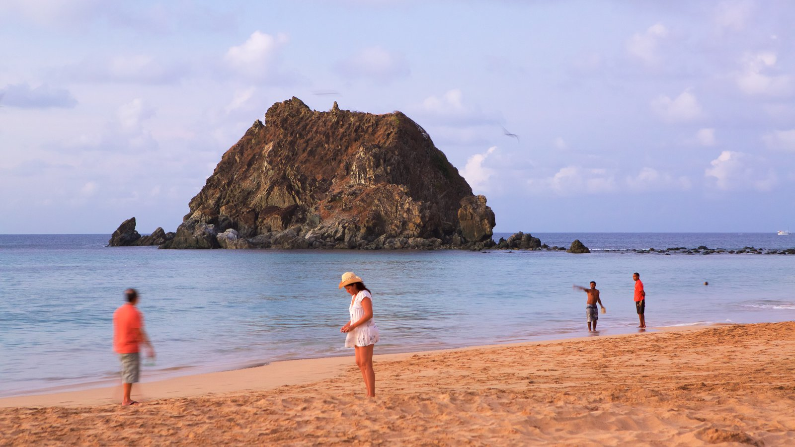 Praia da Conceição que inclui paisagens litorâneas e uma praia de areia assim como um pequeno grupo de pessoas