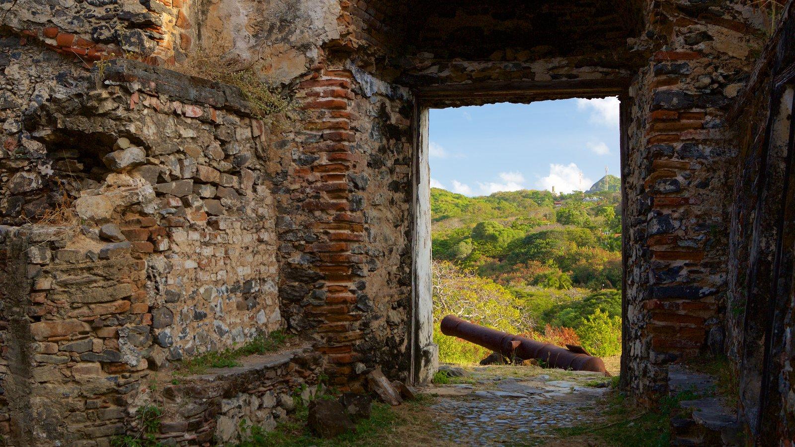 Forte dos Remédios mostrando itens militares, elementos de patrimônio e ruínas de edifício