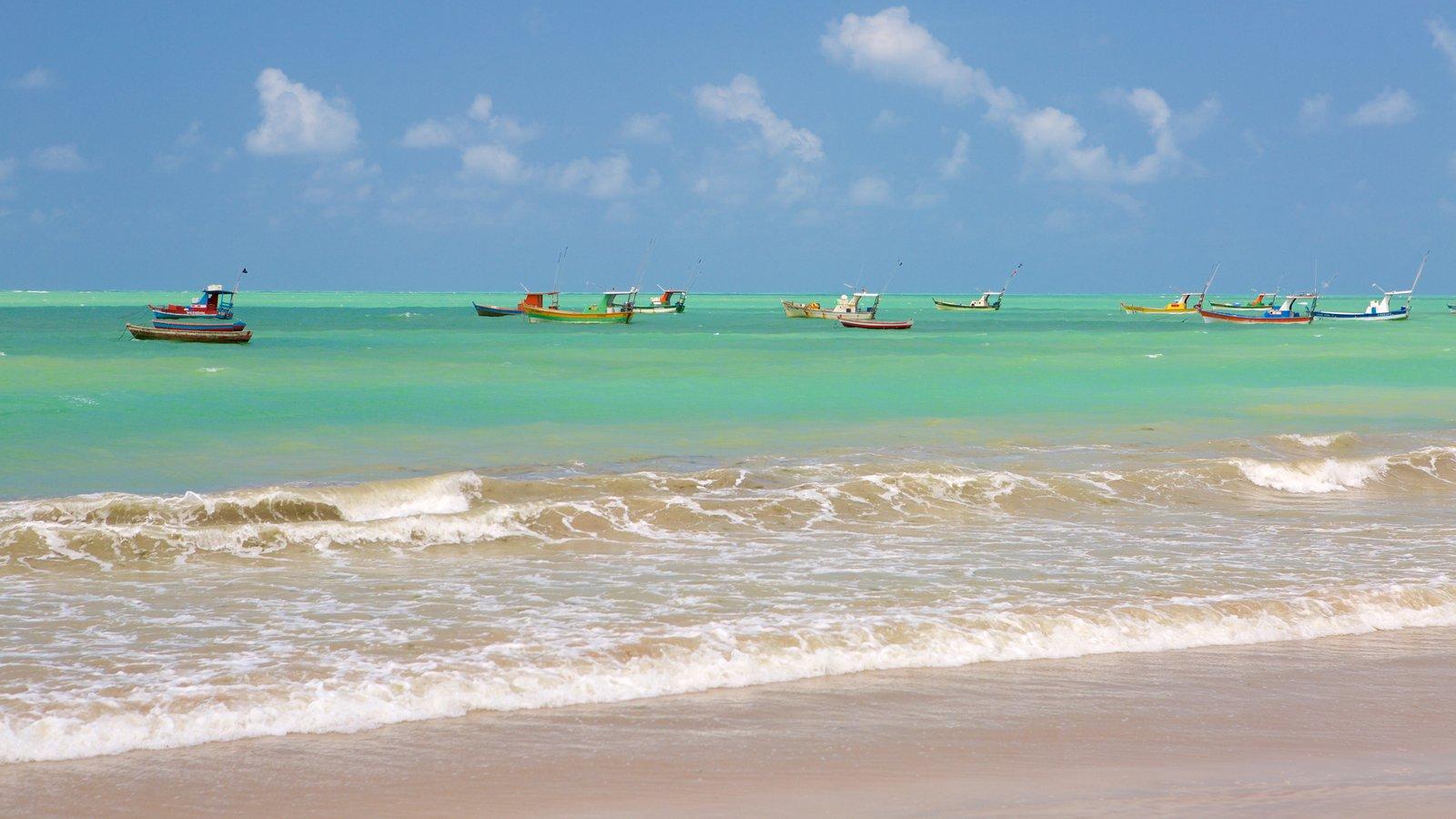 Praia de Pajuçara caracterizando canoagem, uma praia de areia e paisagens litorâneas