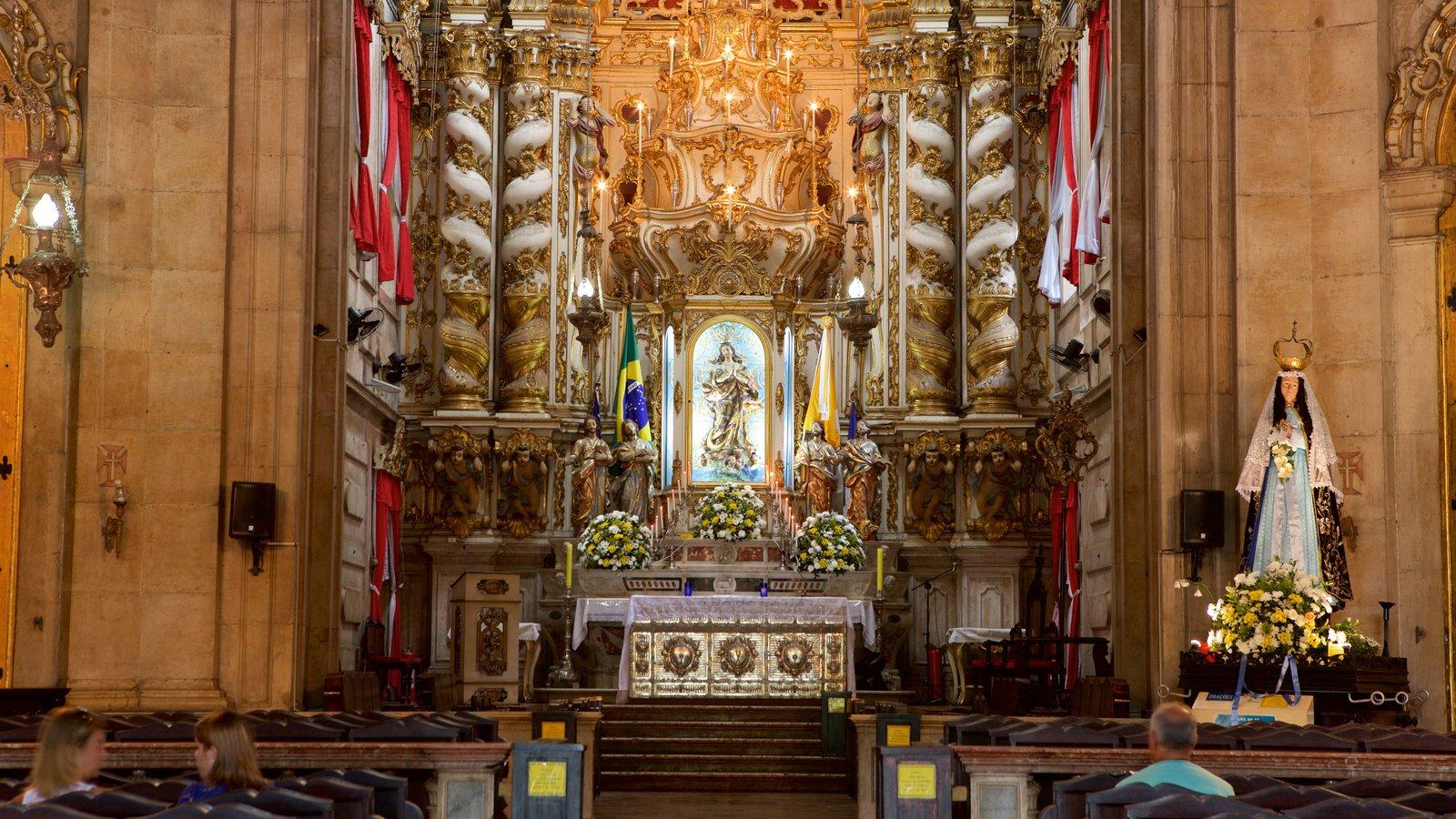 Basílica de Nossa Senhora de Conceição da Praia que inclui aspectos religiosos, uma igreja ou catedral e vistas internas