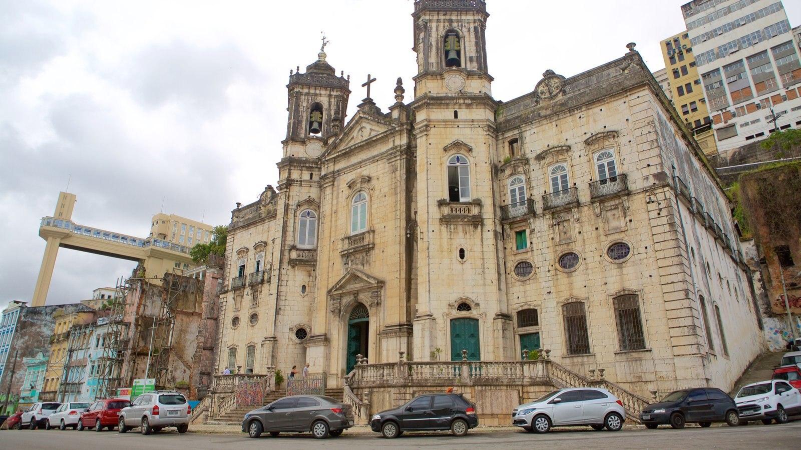 Basílica de Nossa Senhora de Conceição da Praia que inclui elementos religiosos, cenas de rua e uma igreja ou catedral