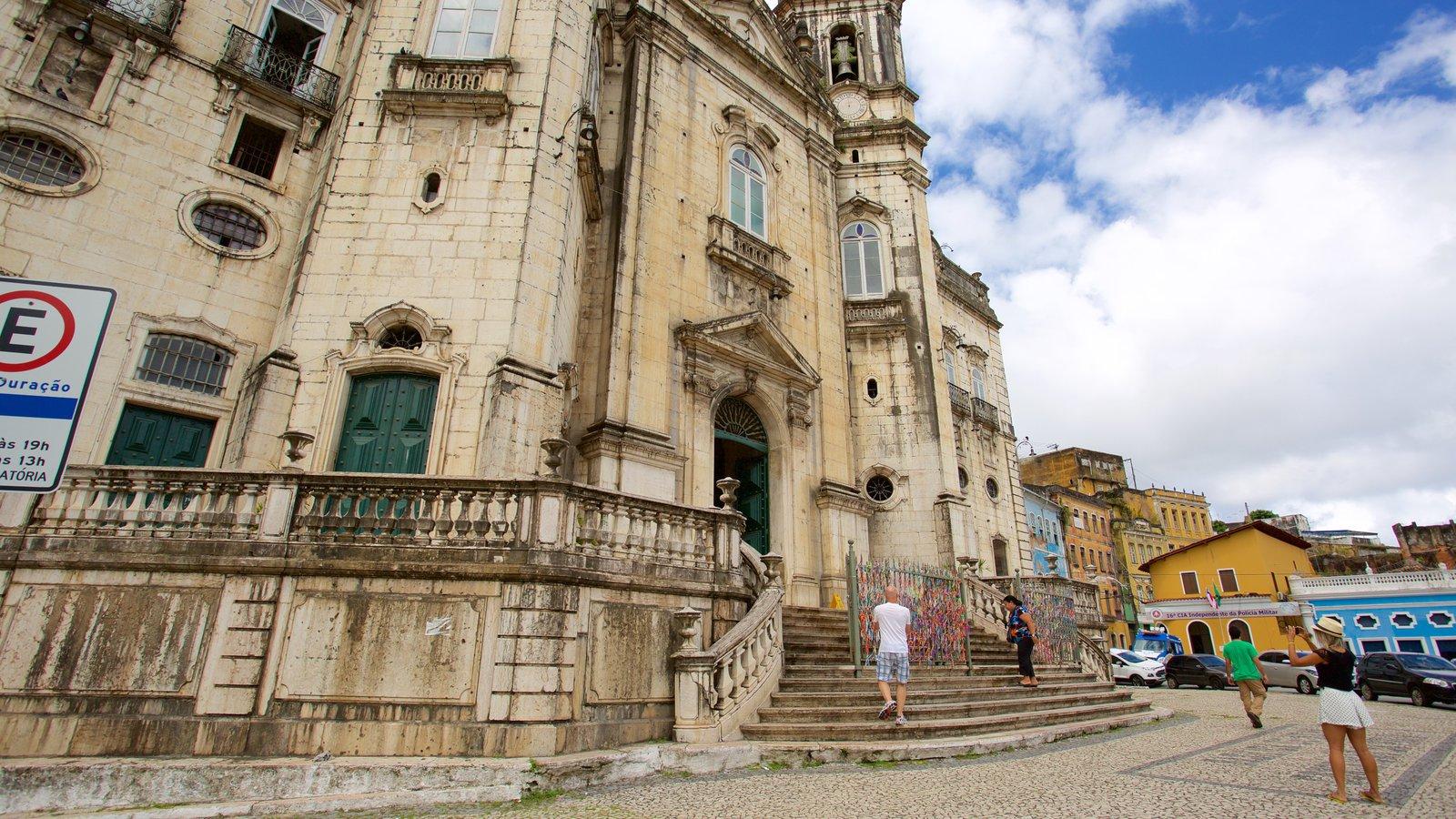 Basílica de Nossa Senhora de Conceição da Praia mostrando uma igreja ou catedral, cenas de rua e elementos religiosos