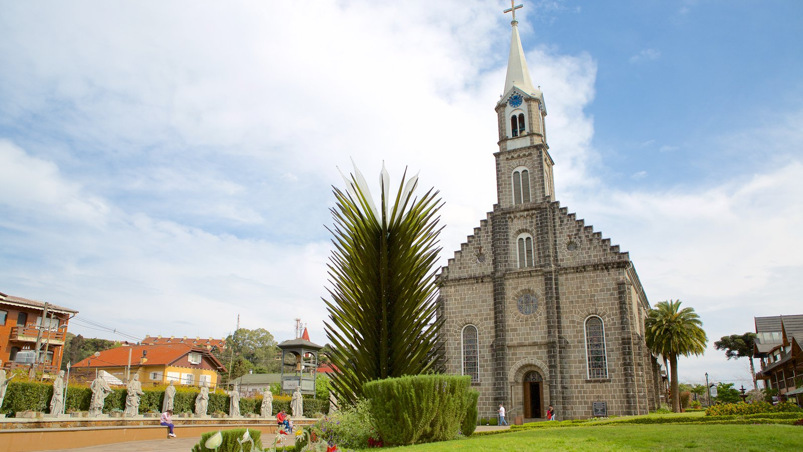 Paróquia de São Pedro Apóstolo caracterizando uma igreja ou catedral, um parque e aspectos religiosos
