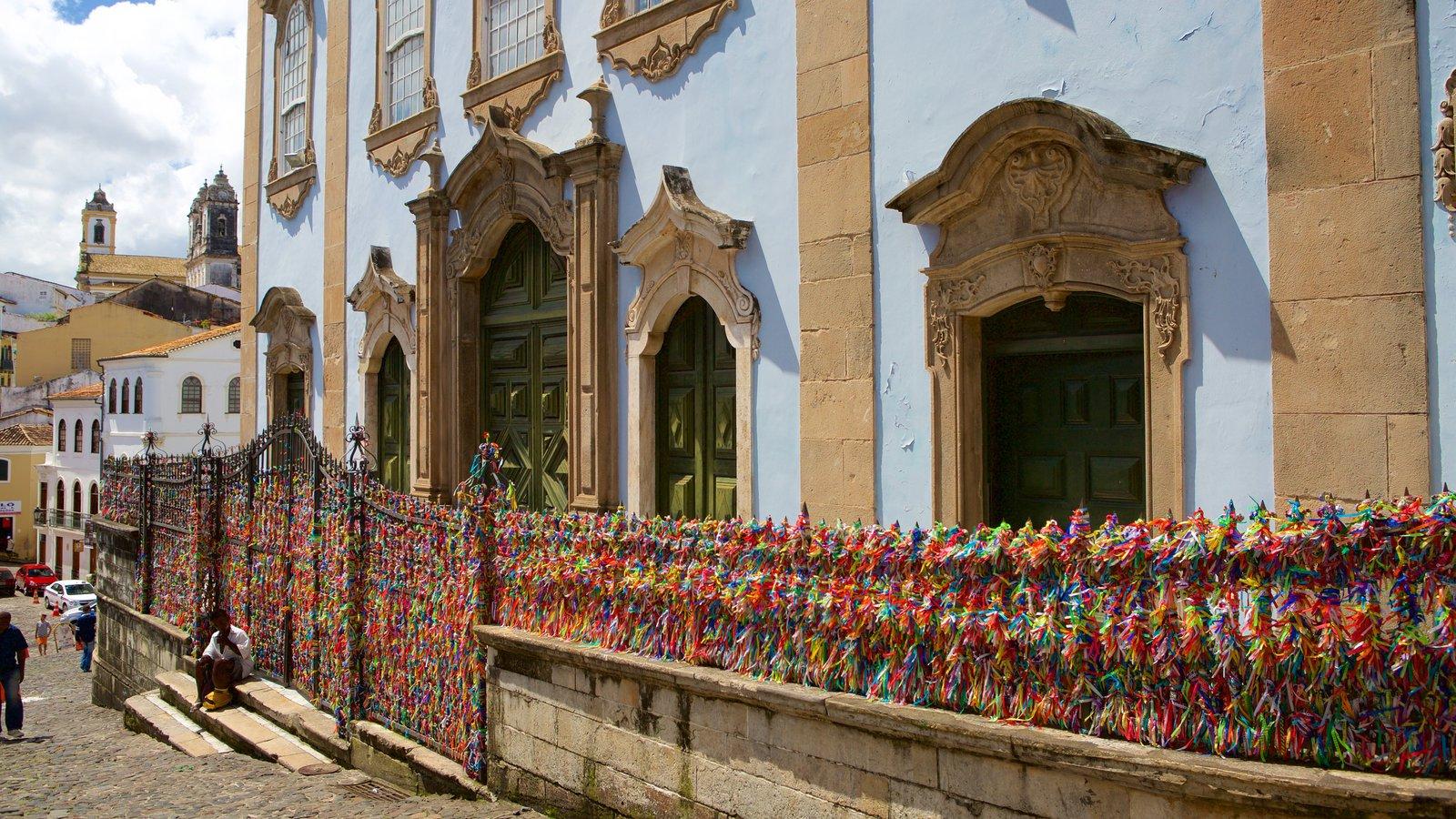 Nossa Senhora do Rosário dos Pretos que inclui arte ao ar livre, elementos religiosos e elementos de patrimônio