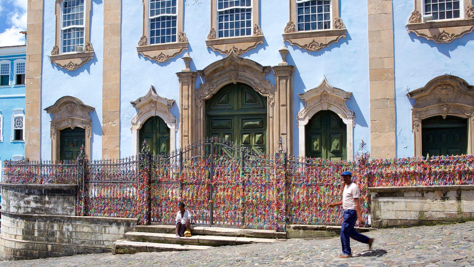 Nossa Senhora do Rosário dos Pretos mostrando cenas de rua, elementos de patrimônio e arte ao ar livre