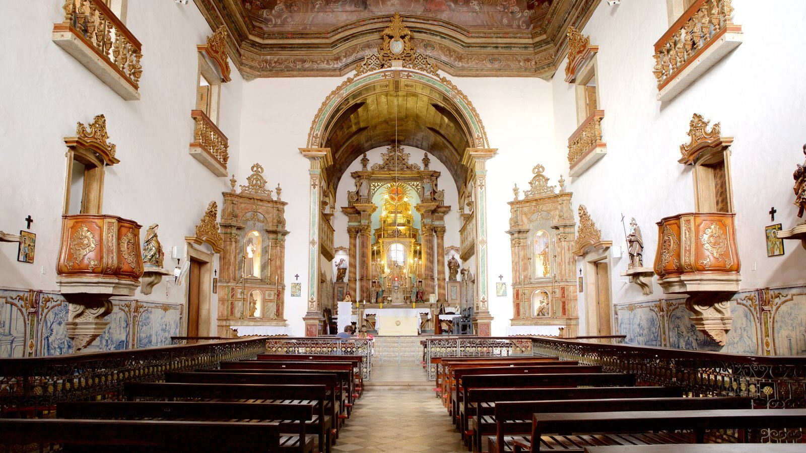 Nossa Senhora do Rosário dos Pretos que inclui aspectos religiosos, elementos de patrimônio e vistas internas