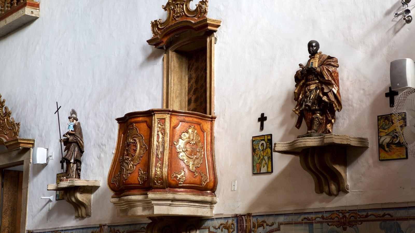 Nossa Senhora do Rosário dos Pretos caracterizando elementos de patrimônio, uma estátua ou escultura e uma igreja ou catedral