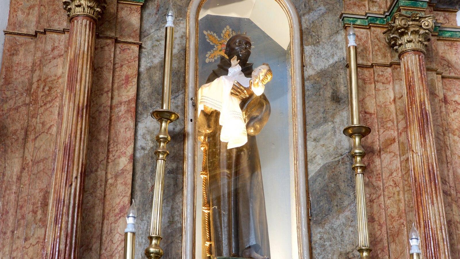 Nossa Senhora do Rosário dos Pretos mostrando uma estátua ou escultura, uma igreja ou catedral e elementos de patrimônio