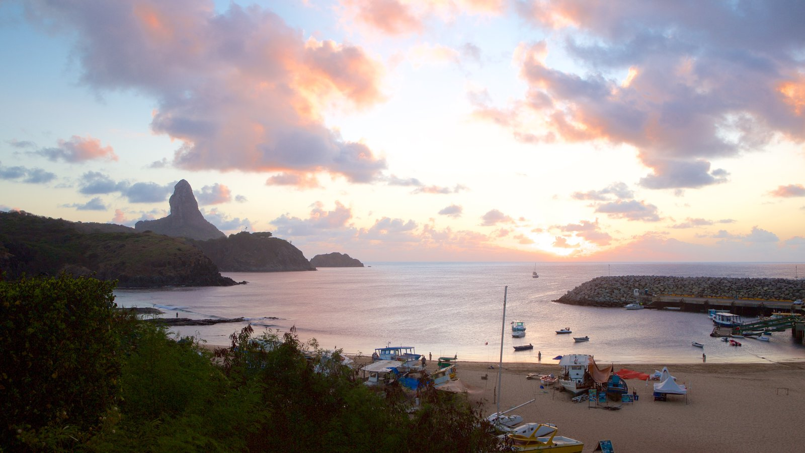 Porto Santo Antônio caracterizando paisagens litorâneas, um pôr do sol e uma praia de areia