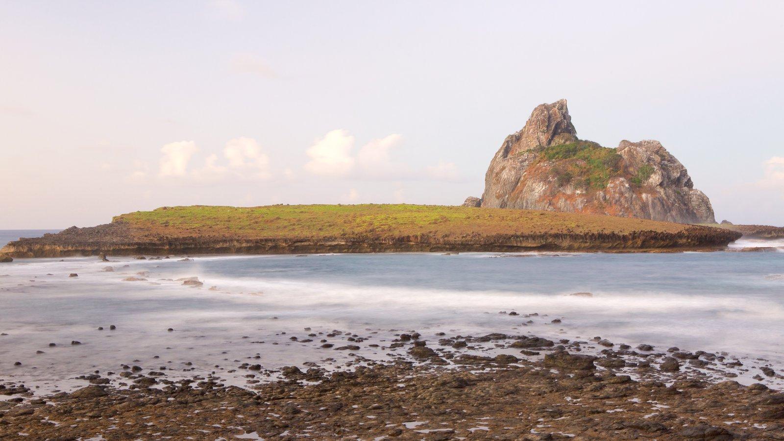 Porto Santo Antônio caracterizando paisagens litorâneas e uma praia de pedras