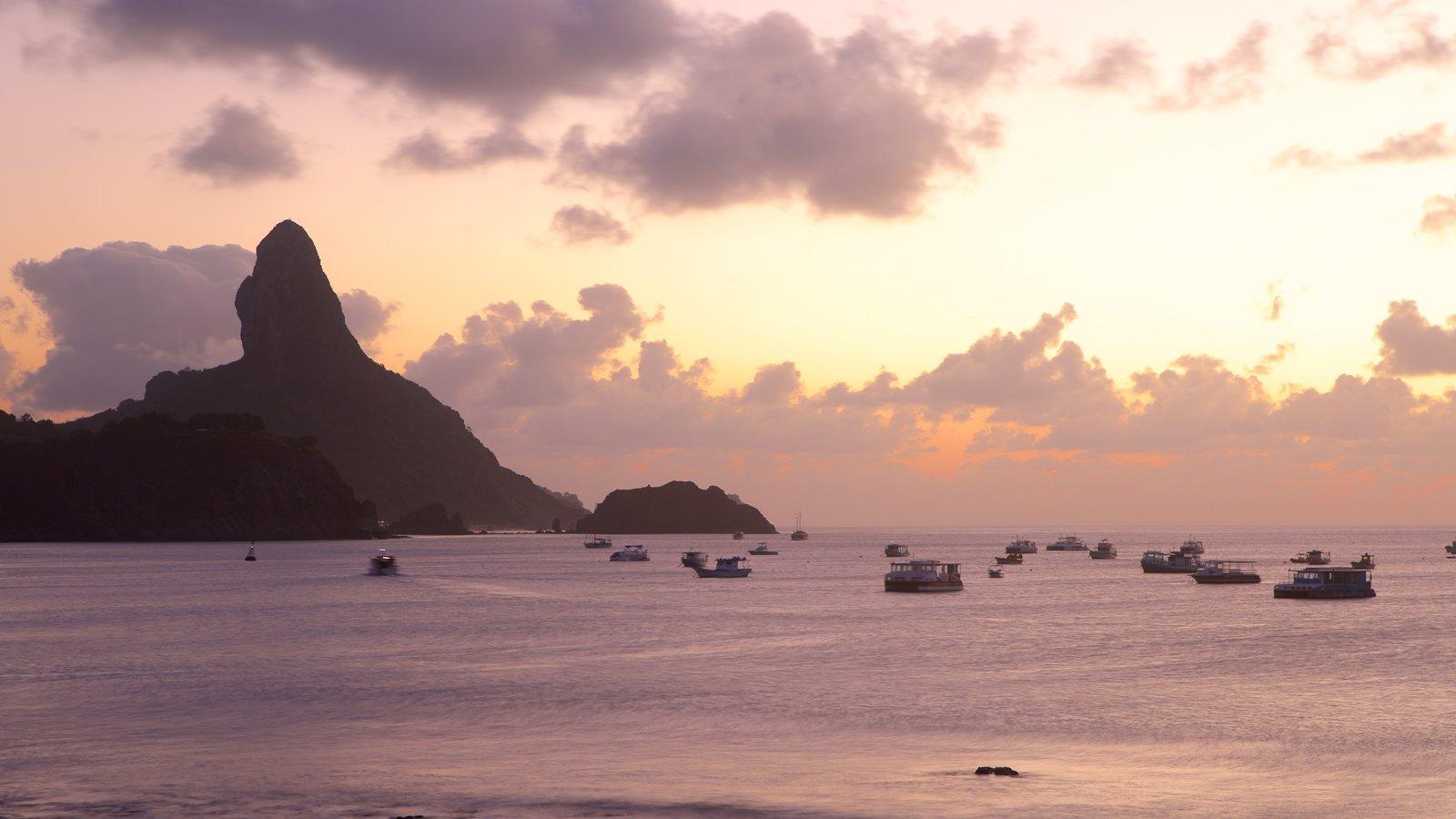 Porto Santo Antônio caracterizando canoagem, paisagens litorâneas e uma praia de pedras